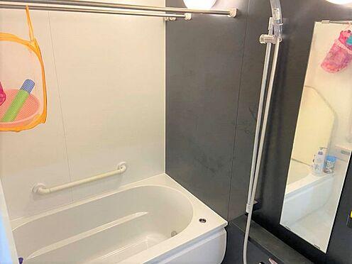 中古マンション-小牧市小牧3丁目 安心の手すり付き・ゆったりとしたバスルーム。