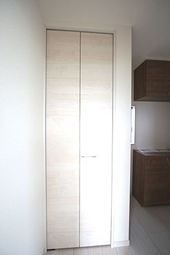 戸建賃貸-大和高田市大字吉井 玄関横の収納はコートや上着の定位置にいかがでしょうか?