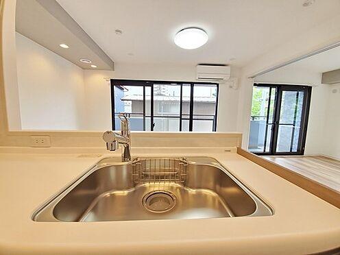 区分マンション-多摩市愛宕4丁目 上部解放された見晴らしの良いキッチンでの暮らしをお楽しみ下さい。