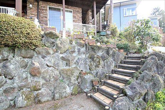中古一戸建て-田方郡函南町畑 【階段】玄関までのアプローチ。15段ほど階段がございます。洋風に造られておりますね。