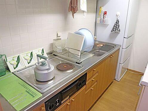 中古マンション-伊東市富戸 〔キッチン〕冷蔵庫置場もあり、コンパクトで使いやすいキッチンです。
