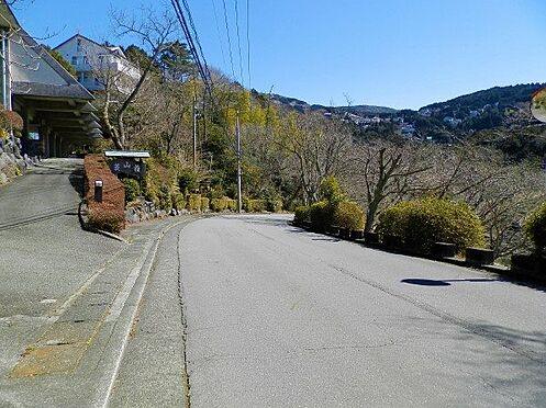 中古一戸建て-田方郡函南町平井南箱根ダイヤランド 前面道路はゴルフ場まで繋がる「ゴルフ場線」と呼ばれる別荘地内のメイン道路です。