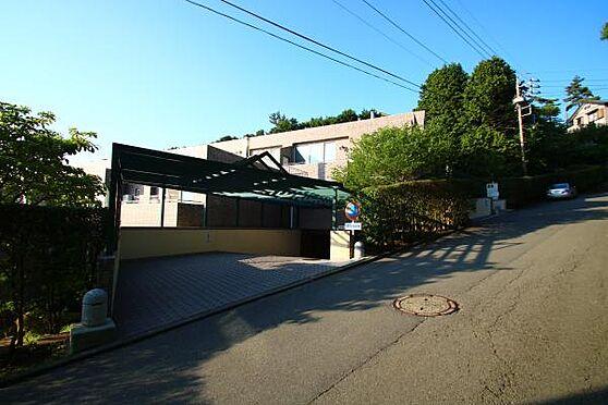 中古マンション-田方郡函南町平井 6階の駐車場への入り口。良くの道路へ出て犬の散歩をする方をお見かけします。