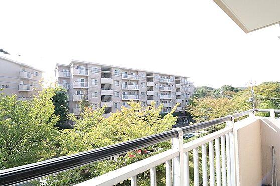 区分マンション-八王子市南大沢4丁目 目に優しい緑に囲まれたマンションです。