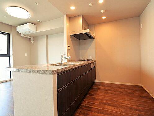 中古マンション-中央区晴海3丁目 約3.3帖、食器棚や冷蔵庫を置いても十分なひろさのあるキッチン。対面式、オープンキッチンです。
