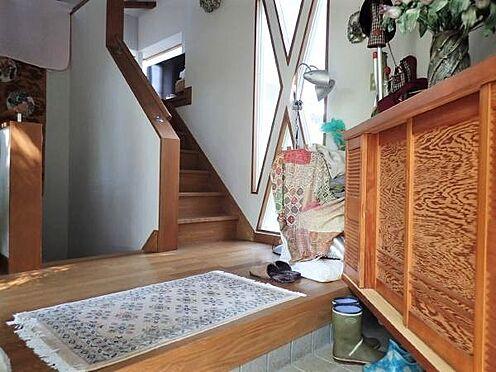 中古一戸建て-田方郡函南町平井 【玄関】玄関が中二階のようになっていて、1階(半地下)と2階の階段があります。