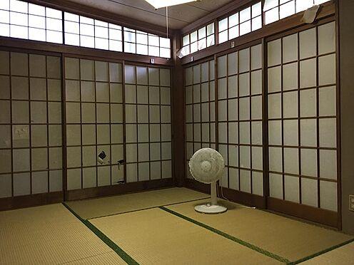 中古一戸建て-田方郡函南町平井 階段を数段おりた中2階には和室2間とダイニングキッチンがございます。
