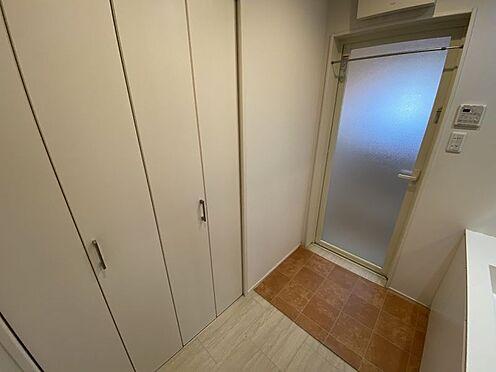 中古一戸建て-岡崎市梅園町字2丁目 広めの洗面脱衣室。収納がありタオルや下着などをしまっておけるので便利ですね。