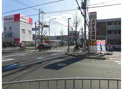マンション(建物全部)-八尾市桜ヶ丘3丁目 近くに携帯電話ショップ・眼鏡屋があります。