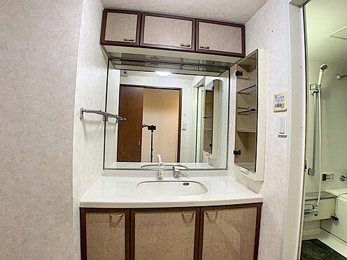 中古マンション-名古屋市瑞穂区松月町5丁目 洗面室には収納も充実しており、化粧品などの収納にも困りません。