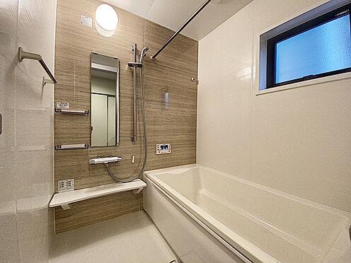新築一戸建て-福岡市城南区樋井川4丁目 足を延ばしてゆっくりくつろげる浴槽サイズです。 滑りにくい設計で、お子様とのお風呂も安心です。