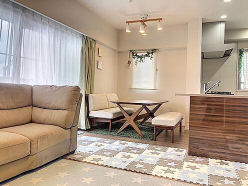 区分マンション-東海市高横須賀町御洲浜 大きな窓があり陽当り・通風良好のリビング♪