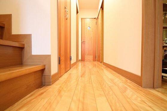 中古一戸建て-熱海市伊豆山 床は薄い色調の綺麗なフローリング。細部にまでこだわった注文住宅です。