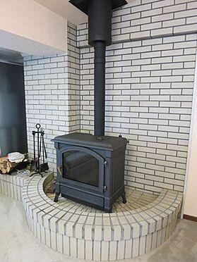 中古マンション-北佐久郡軽井沢町大字長倉 灯油を使った暖炉ですので、手間いらずで楽しめます。