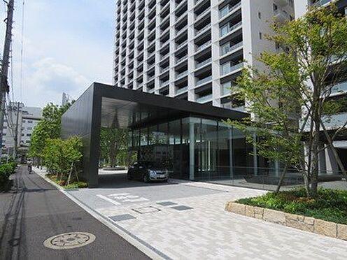 中古マンション-品川区勝島1丁目 ガラス張りの吹き抜けがオシャレなエントランス外観です。
