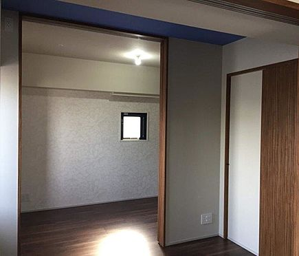 マンション(建物一部)-港区西新橋3丁目 二面採光の洋室。スライドドアなので隣の洋室、リビングダイニングと繋げて使えます。アクセントクロスがとても素敵です。