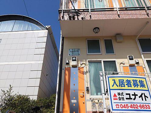 アパート-横浜市鶴見区東寺尾1丁目 オレンジ色のドアなど明るい外観のアパートです。隣にインターナショナルスクールが有ります。