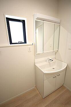 新築一戸建て-大和高田市南今里町 大型の洗濯機も無理なく設置できる広さを確保。洗面台は便利なシャワー付きです。