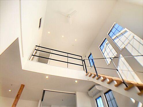 新築一戸建て-名古屋市守山区小幡北 吹き抜けが開放的な室内を演出します。