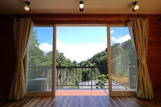 中古一戸建て-熱海市上多賀 リビングからは、大きな開口部の窓から大自然を望みます。