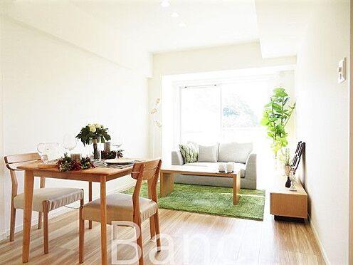 中古マンション-横浜市保土ケ谷区岩井町 明るく開放感のあるリビングです。お気軽にお問い合わせくださいませ。