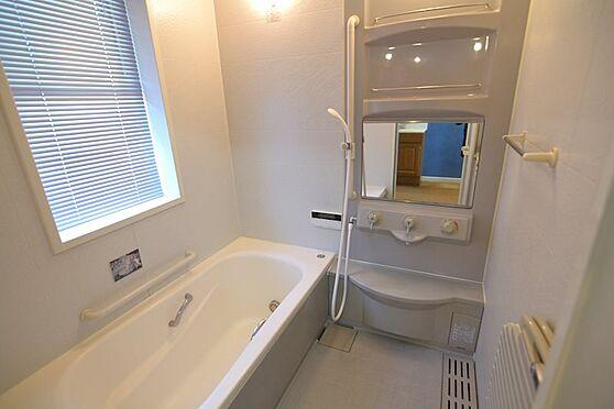 中古一戸建て-稲城市長峰2丁目 窓があり換気ができる白を基調とした清潔感のある浴室。