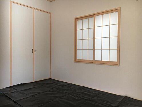 戸建賃貸-大府市北崎町7丁目 LDKには和室が隣接しています。合わせると約22.5帖の広々空間に!(こちらは施工事例です)
