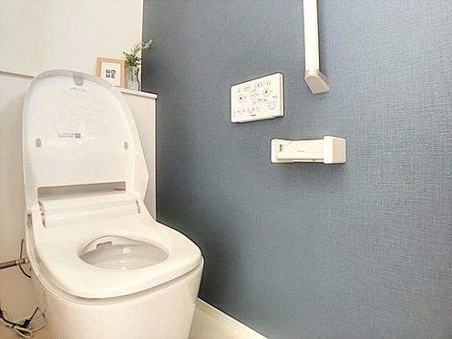 新築一戸建て-西尾市今川町石橋 清潔感溢れるトイレです。1、2階にあるのでご高齢の方でも安心です。
