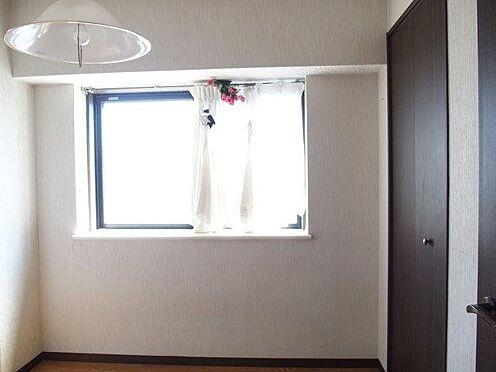 中古マンション-八王子市堀之内2丁目 4.6 帖の洋室には出窓の他にも小さなバルコニー付です。2面採光で明るいです。