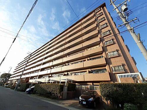 区分マンション-名古屋市西区南堀越1丁目 外壁が周囲の街並みと青空に生えるお洒落な仕上がり!周囲には高い建物のないエリア。青い空が大きく感じますね。