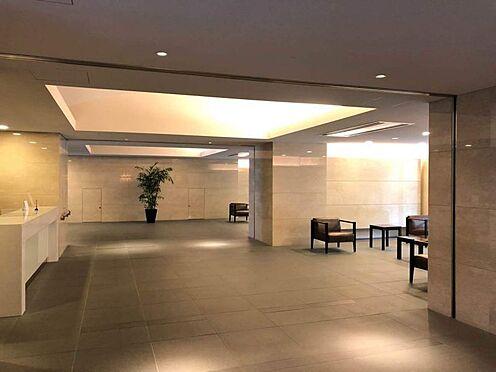 中古マンション-名古屋市中区松原2丁目 広々としていて明るいロビーは、知人や友人を招いたとき、目が行くこと間違いなし!