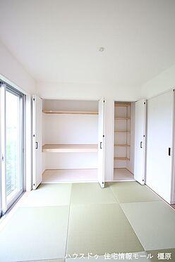 戸建賃貸-橿原市膳夫町 クローゼットタイプの押入れはふすま貼替の手間も無く、お手入れ楽々です。寝室や客間として大変便利にご利用頂けます。