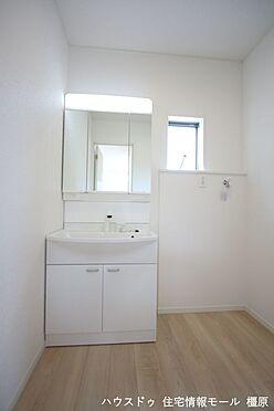 戸建賃貸-磯城郡田原本町大字千代 大型の洗濯機も無理なく設置できる広さを確保。洗面台は便利なシャワー付きです。