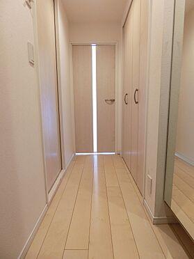 中古マンション-目黒区中目黒1丁目 玄関にはシューズクローク、廊下には収納スペースがございます。