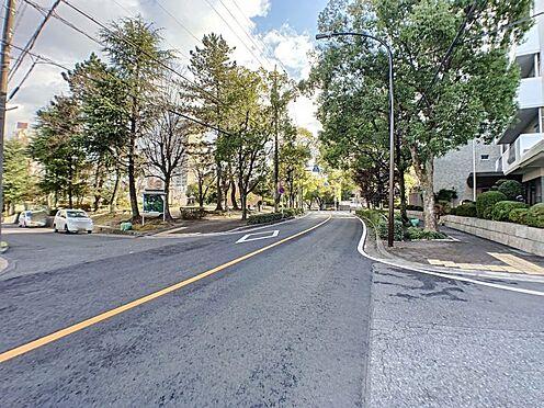 中古マンション-名古屋市名東区上社2丁目 周辺にはスーパー、コンビニ等の商業施設が揃います。