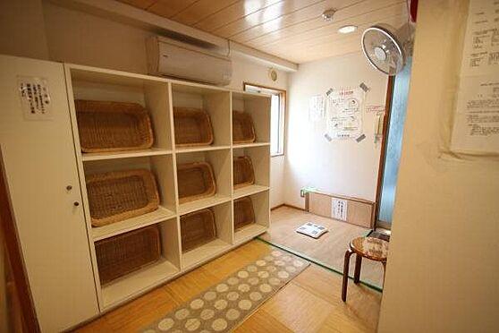中古マンション-熱海市春日町 脱衣所:エントランス階にある温泉大浴場。脱衣所は清掃が行き届いており大変綺麗です。
