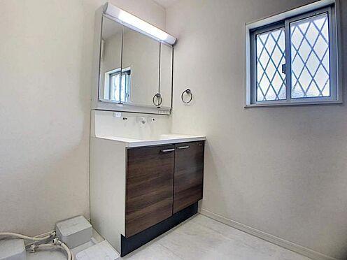 中古一戸建て-豊田市堤町上町 朝の準備がはかどる三面鏡の洗面台です。収納もあり、歯ブラシやワックスなど物が増えやすい洗面台もスッキリ保てますね。