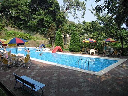 リゾートマンション-熱海市伊豆山 本格的な25メートルプールです。深水1.40m、お子様用は写真奥にございます。