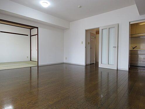 中古マンション-八王子市上柚木3丁目 約13帖のリビングダイニング。和室6帖と合わせて広い空間が広がります。