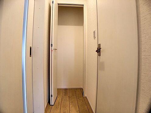 戸建賃貸-名古屋市西区笠取町1丁目 1階廊下にある収納スペース。掃除道具など収納でき、整理整頓しやすいですね!(同仕様)