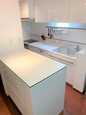 中古マンション-新宿区新宿7丁目 キッチンにカップボードあり、収納たっぷりです。