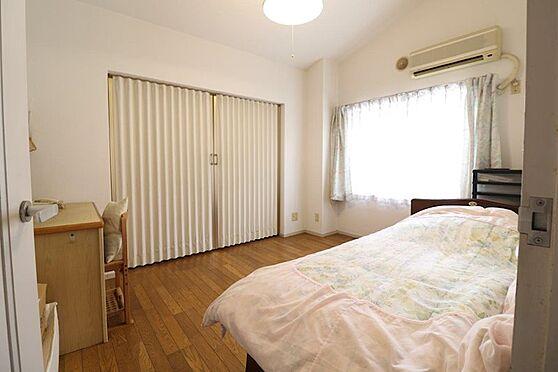 中古マンション-八王子市南大沢5丁目 約6帖の洋室、奥にはお部屋としても使用可能な約6.5帖の納戸もあります