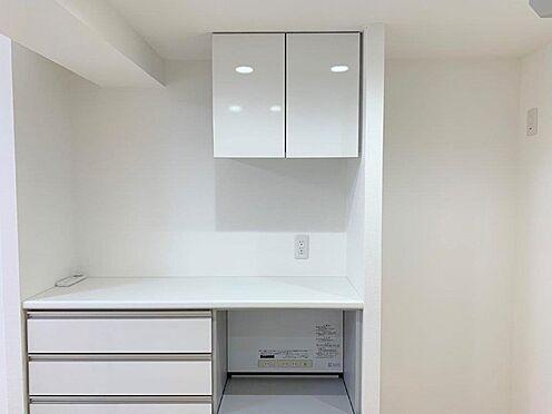中古マンション-多摩市中沢1丁目 バックカウンター付きのキッチンは収納力がありお料理も捗りそうです。