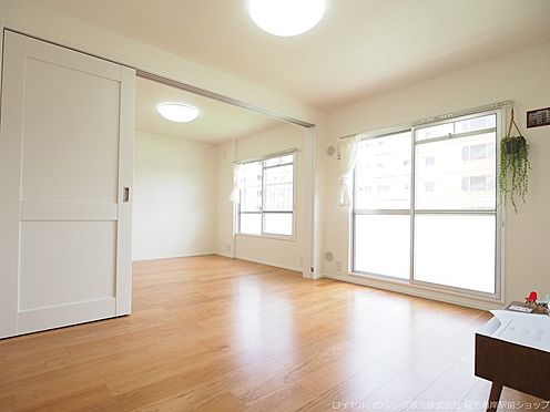 区分マンション-千葉市美浜区高浜4丁目 清潔感・開放感のあるリビングスペースです!