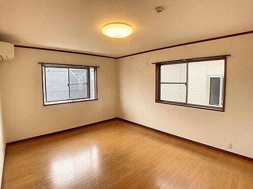 戸建賃貸-西尾市山下町西八幡山 嬉しい二面採光♪窓辺からの日差しが、あたたかで明るい居室を演出します。