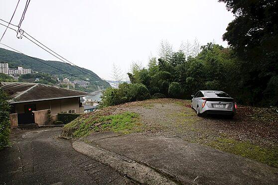土地-熱海市伊豆山 西側から土地を撮影しました。写真前面の気を伐採する事で更に眺望が得られます。