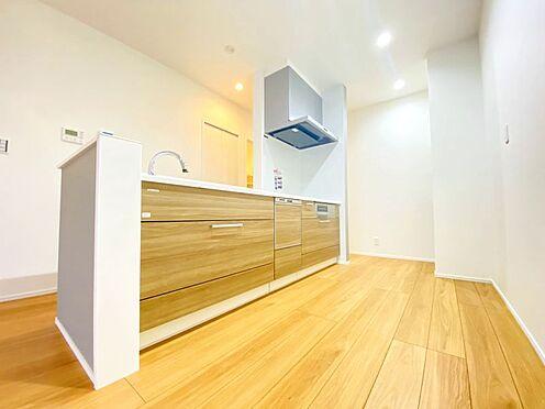 新築一戸建て-福岡市南区西長住3丁目 動線が確保されたオープンキッチン!キッチン周りの収納充実!