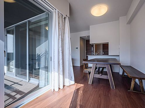 中古マンション-品川区勝島1丁目 【Living room】心地よい陽光に包まれながらヨガなどを楽しめるサンコーナーを採用しています。