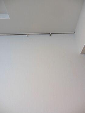 中古マンション-港区赤坂4丁目 リビング壁面(天井部分)には、ピクチャーレールが付いております。