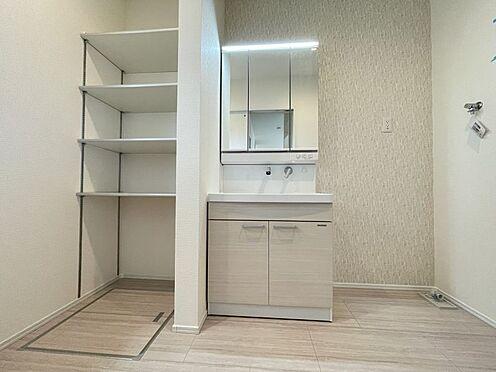 戸建賃貸-名古屋市西区笠取町1丁目 水ハネを防止する一体型のカウンター。たっぷりの収納スペースですっきり片付きます。(同仕様)